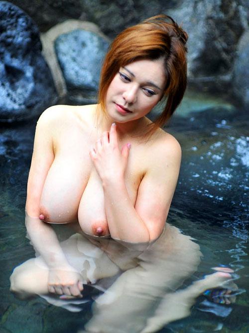 混浴露天風呂でおっぱいを丸出し4