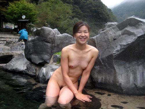 混浴露天風呂でおっぱいを丸出し10