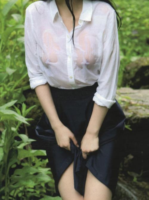 シャツや下着から乳首が透けて見えてるエロ画像がそそるwwww
