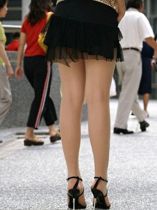 【太ももエロ画像】こんな脚をペロペロしたり撫でたりしたいwww