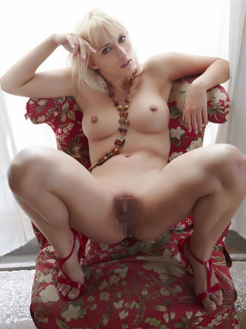 高貴な美貌と生々しいマ○コ、ギャップがエロ過ぎwww 金髪輝くムチムチ美女のエロ画像ww 股間クローズアップ多し!
