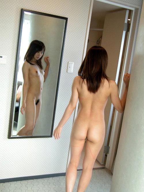 鏡に写ったおっぱいと生おっぱい