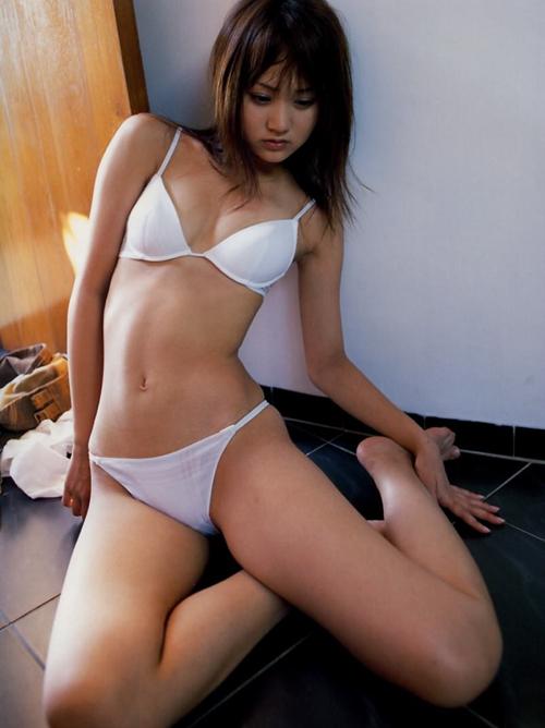 清潔感あふれる美少女の白水着姿がまぶしいwwwwwww