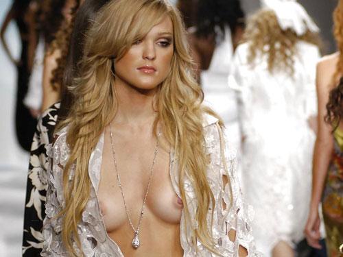 【ほぼ露出狂】ファッションショーでおっぱい丸出しのモデル達 (画像有り)