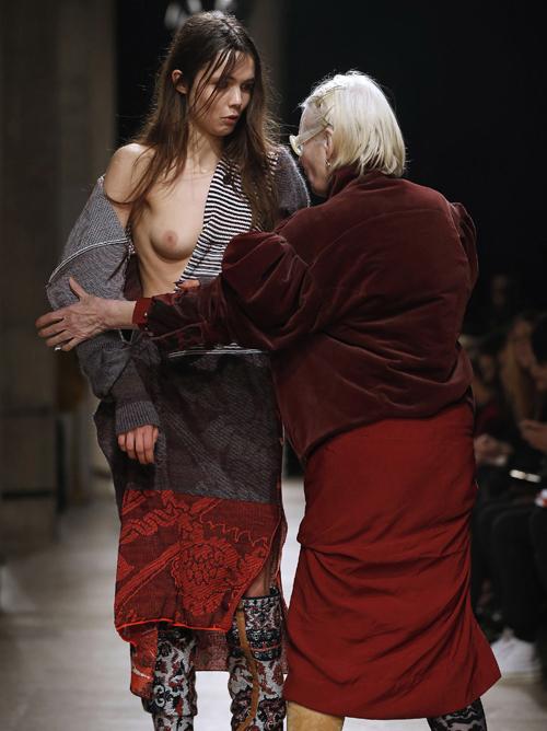 ファッションショーで乳首ポロリ