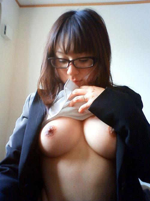 メガネをかけておっぱいを丸出し