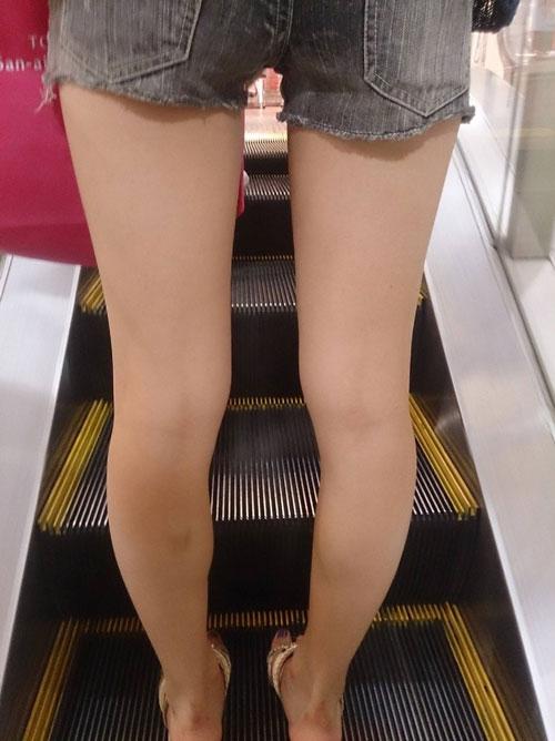 街の中でエロ目線不可避なくっそスケベな脚や太ももしてる女の子