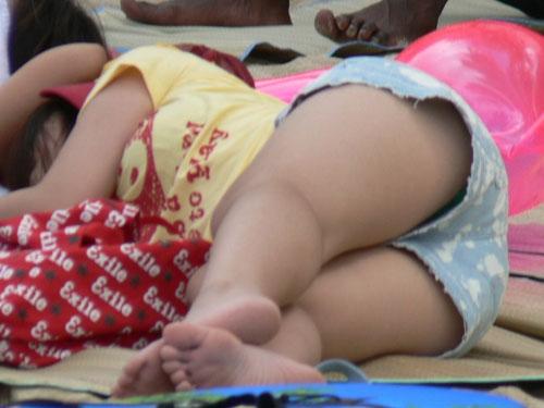 野外や屋内で寝転んでる女の子のパンチラを盗撮したエロ画像