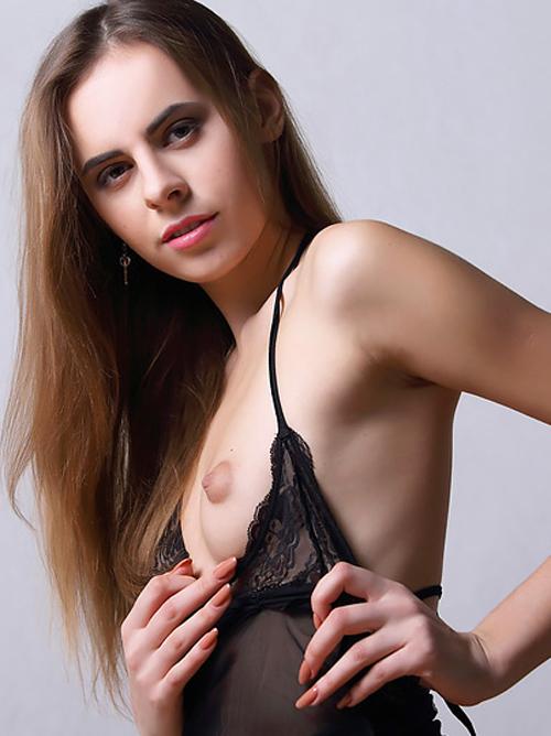 ぷっくりした小さな乳輪に萌えるwww 激カワ外国人美少女が黒い下着で背伸びしちゃった♪みたいなセクシーヌード画像