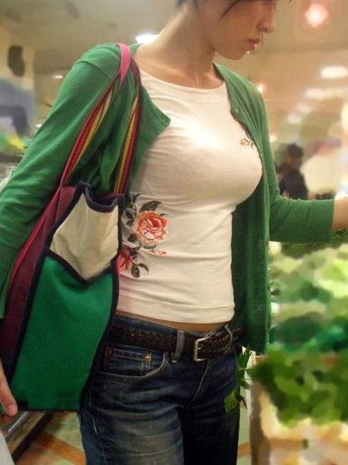 【着衣 エロ画像】盗撮された巨乳素人さんの胸の膨らみが悩ましい。