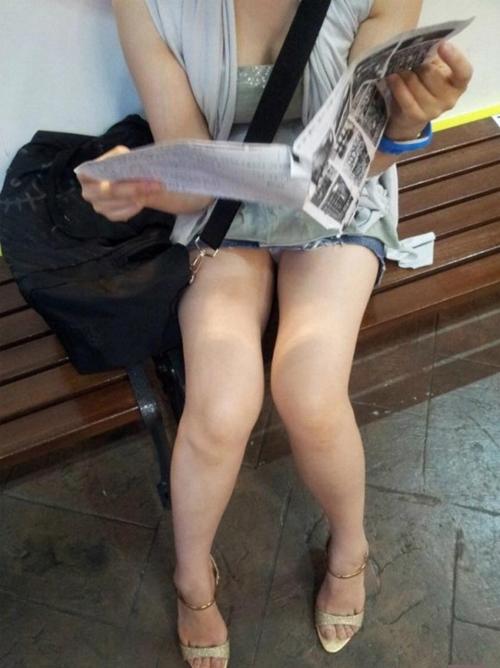 街中で太ももむき出しで座りこんでる女がエロすぎるwwww(画像)