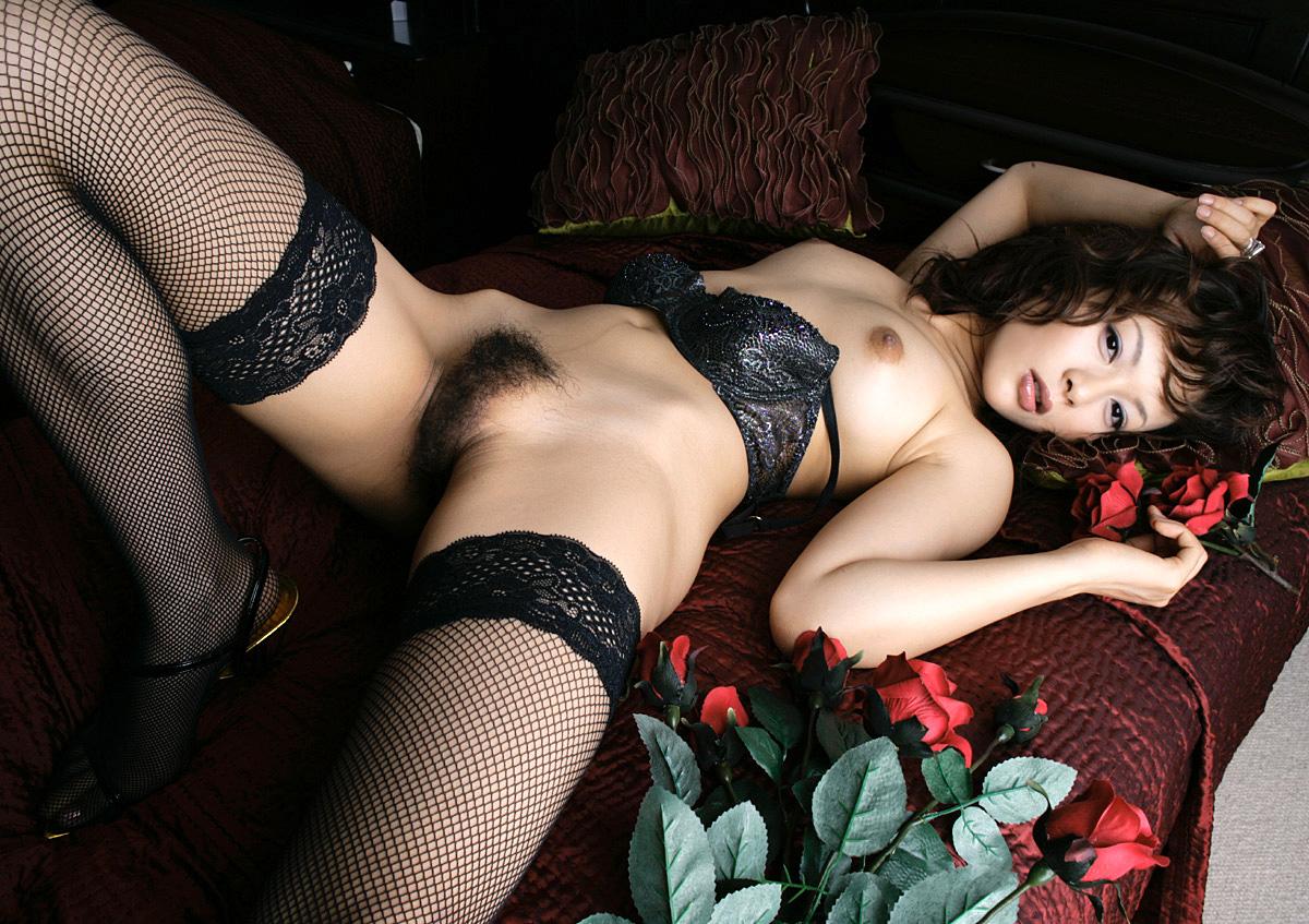 網タイツが色っぽいなオネエさんがお乳丸出しで美足を見せつけて挑発