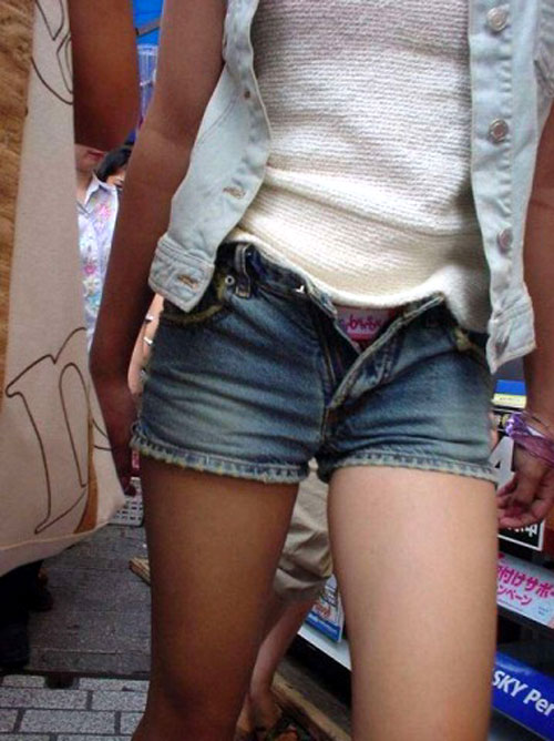 【街撮り美脚】たまにパンツや半ケツもおまけで付いてくる街撮りのエ□い美脚画像www