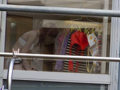【ベランダ エロ画像】覗かれているとも知らずに脱ぐ素人さんを盗撮!