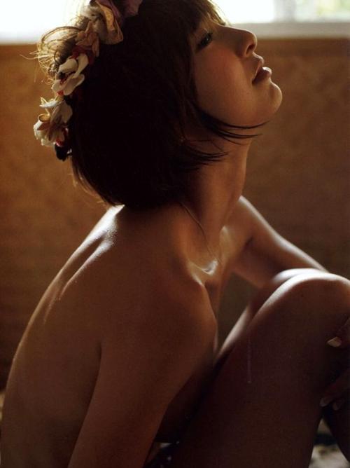 【抜ける篠田麻里子】セクシー路線で生き残り背面セミヌード美乳ww篠田麻里子画像