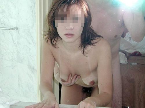 【セックスエロ画像】素人同士の後背位でハメてるところを激写www