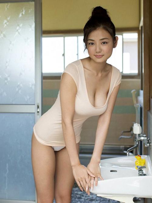 片山萌美のおっぱいが好き。垂れ乳、離れ乳の具合が絶妙のエロさ。