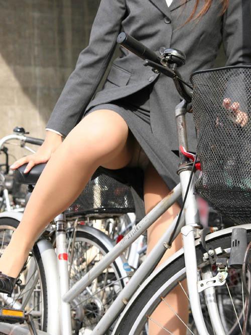 路上で自転車に乗ってるOLさんのエロ画像