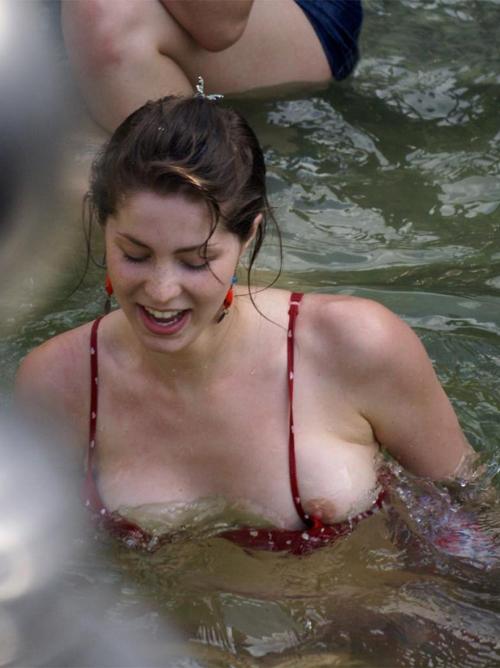 【ポロリあり】プールではしゃぐビキニ姿がエロい外国人素人