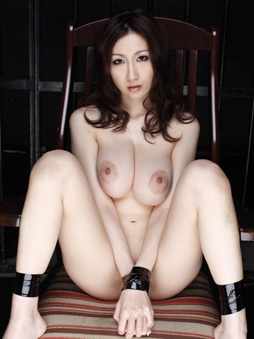 素人の女子大生なのにいままでの性生活が気になる大胆なM字開脚を魅せる