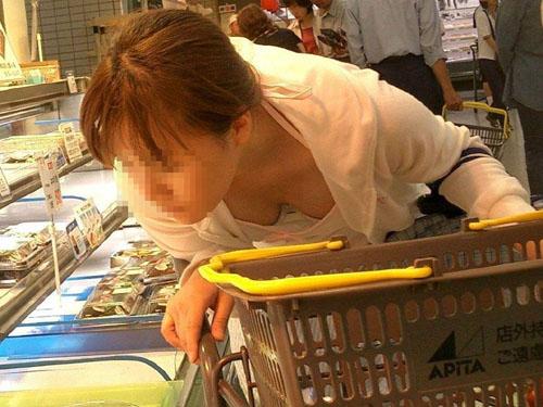 スーパーやデパートで買い物中の主婦の隠し撮り