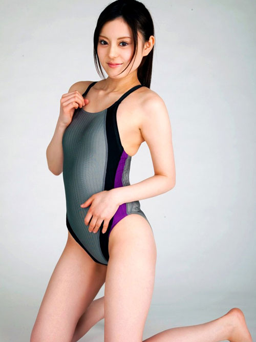 競泳水着でおっぱいの膨らみが判る15