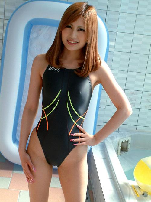 競泳水着でおっぱいの膨らみが判る19