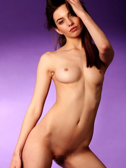 【外人美少女ヌード画像】顔も身体も美し過ぎる18歳!若さ溢れるピチピチマ○コを大開脚で見せつけるwww