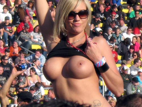【海外エロ画像】(GIF有)熱狂が性的興奮に繋がって…脱ぎやらかした観衆のお姉さんwww