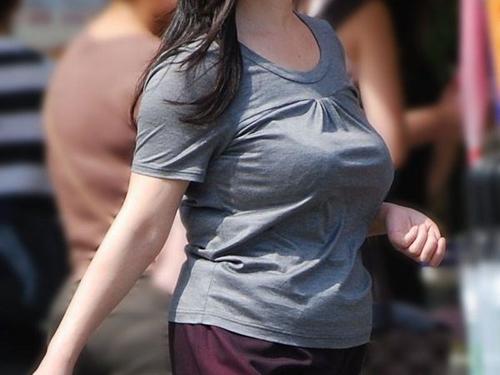 【巨乳 エロ画像】着衣でも隠せないサイズのおっぱいを盗撮!