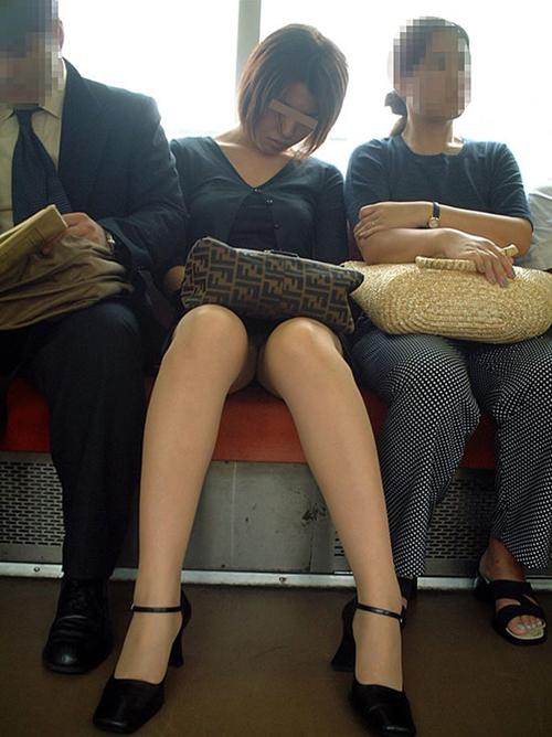 電車の正面席はパンチラ天国♪★エロ画像49枚