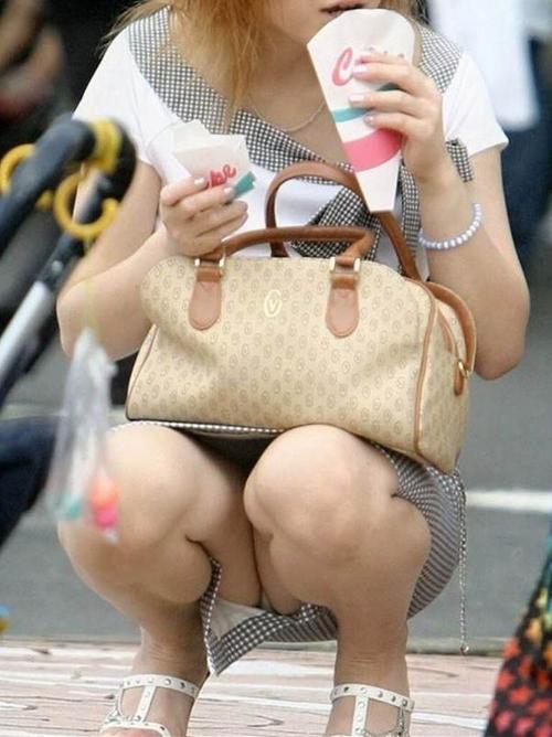 【パンチラ エロ画像】公共の場で座って油断した素人さんを盗撮!