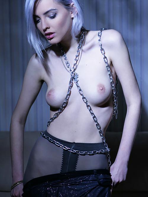 【外人美女ヌード画像】女神系金髪美女の妖しくも美しいSM風ヌードグラビア。ナンかめちゃくちゃエロいwww