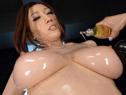 3次元 オイル塗られてテカってる女の身体がエロ過ぎる件www 39枚