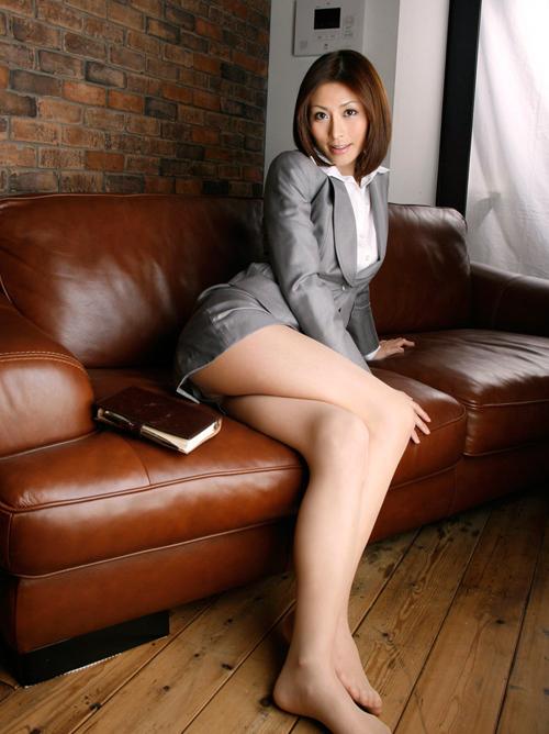 太腿の間からの~チラリズムが良いね!