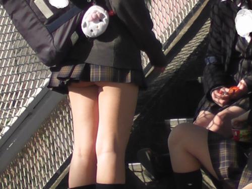 【素人街撮り】 プリップリの尻肉を公衆の面前でチラつかせてる女…なんなのwwwww【画像30枚】