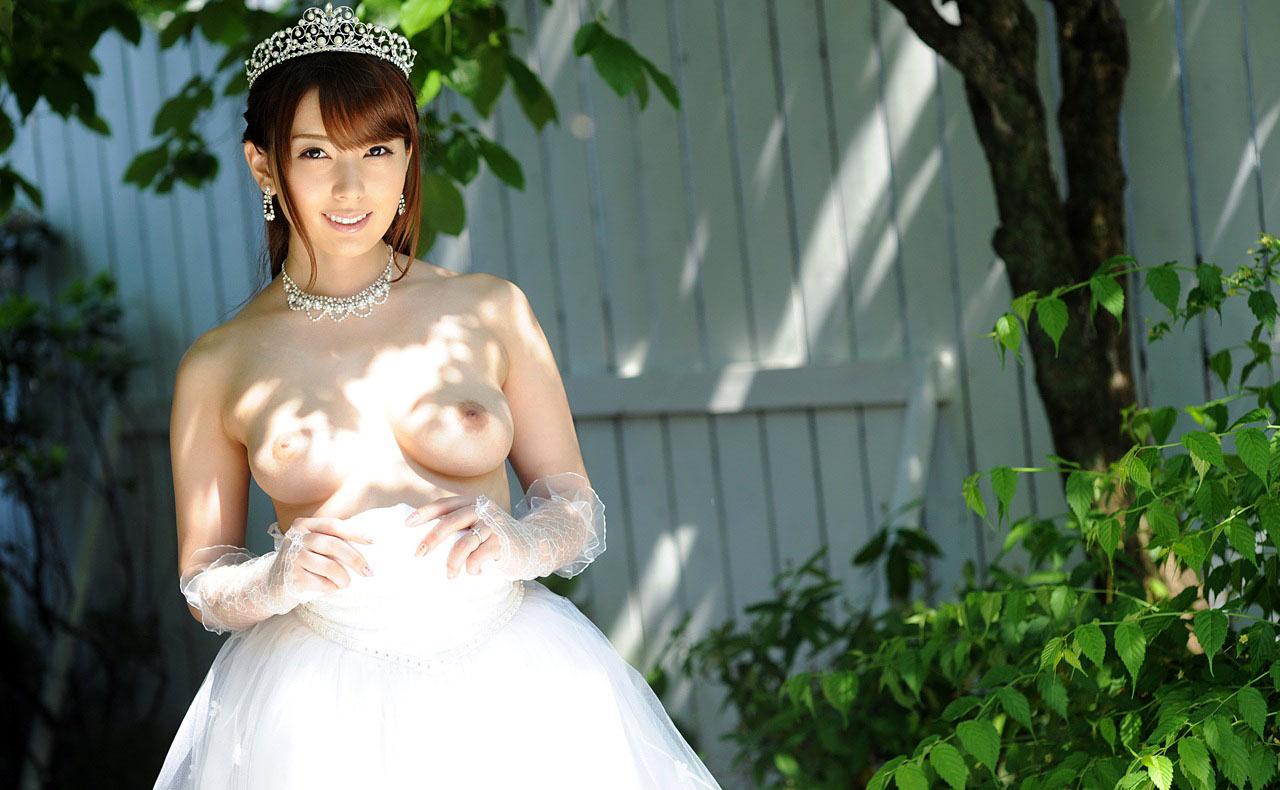 6月の花ヨメが幸せそうにウエディングドレス姿でお乳を露出して挑発