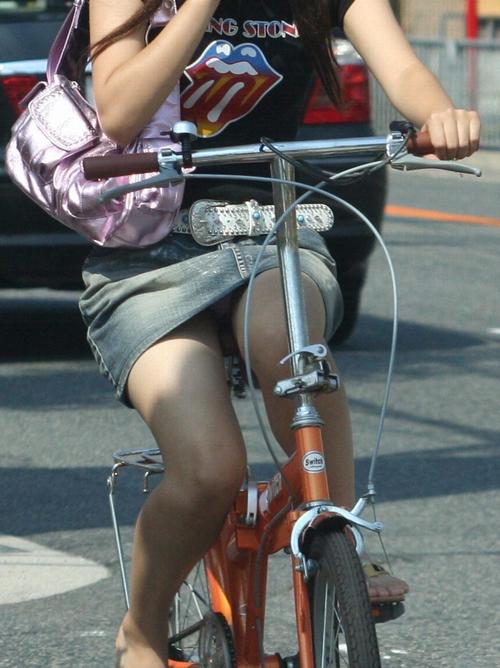 【事故不可避】前からこんなお姉さんが自転車出来たら股間から目がはなせねーwwww