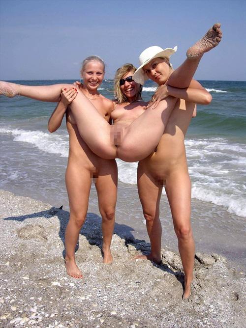 【ドン引き】ヌーディストビーチでのオフザケがすぎる女の子たち(画像24枚)