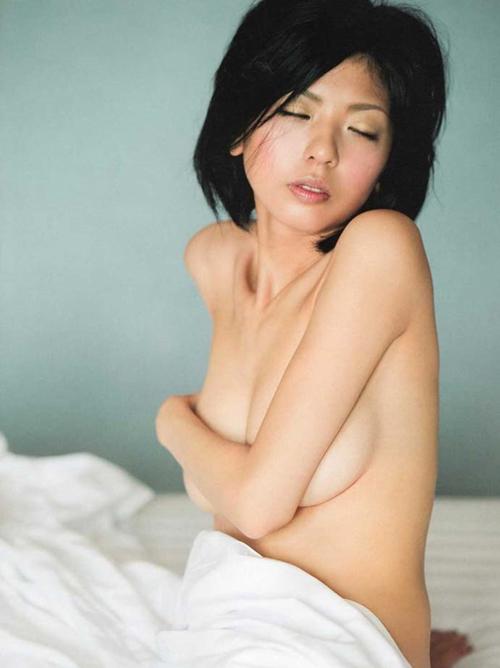 【宮地真緒の乳首フルヌード】アラサー女優の全裸プリ尻おっぱい手ブラ画像動画