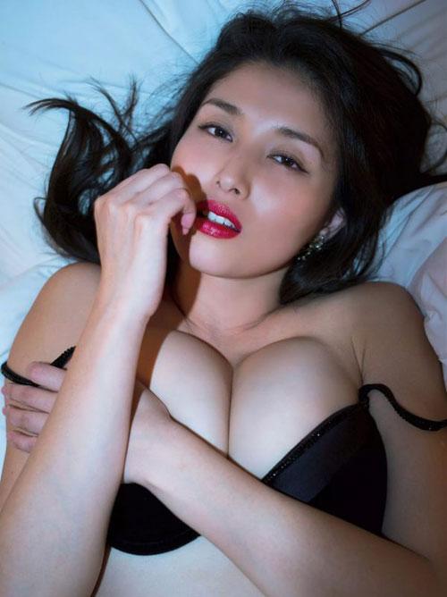"""橋本マナミ 「不倫現場」全裸で童貞モデルを誘惑。""""肉食女""""同居生活開始"""