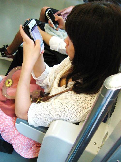 【素人】 キタコレwww電車内で遭遇すると降りるまで目が離せない胸チラおっぱいwwwww【画像30枚】