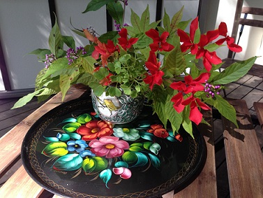 満天星(どうだん)ツツジ、紫式部、紅葉. 彦根の香炉とロシアの手書きのお盆JPG