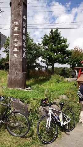 JRの線路の最高地点で自転車も記念写真