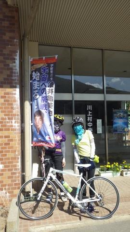 川上村は日本人宇宙飛行士、油井亀美也さんの出身地、のぼり旗が沢山はためいてました。ここは川上村役場。