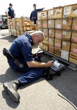 船積み貨物を管理するアメリカ海軍兵士