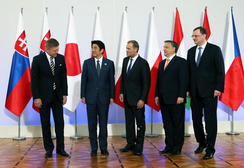 「V4+日本」記念写真撮影に臨む安倍総理