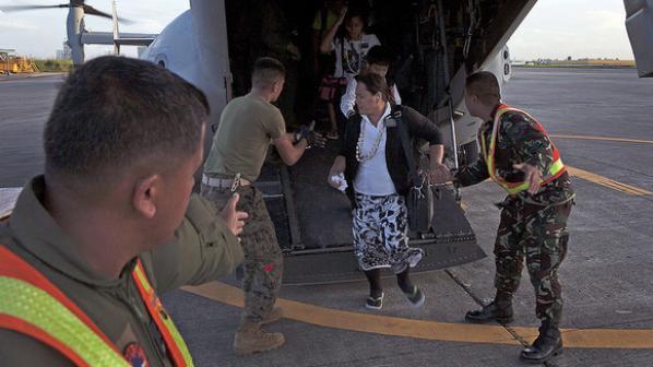 レイテ島の被災者をマニラに輸送したオスプレイ、アメリカ海兵隊より