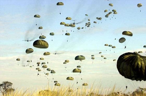 演習において落下傘降下を行うアメリカ軍