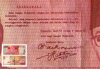 署名入りのインドネシア独立宣言書。インドネシアの10万ルピア紙幣の図柄になっている。